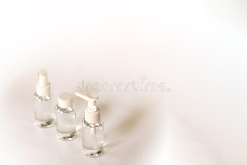 秀丽化妆用品glassbottle;烙记的嘲笑;在淡色白色背景的正面图 免版税库存图片