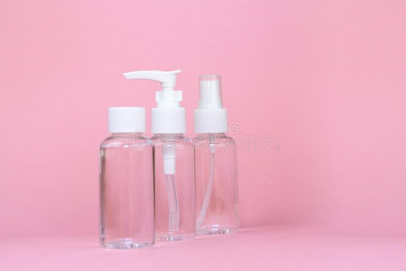 秀丽化妆用品glassbottle;烙记的嘲笑;在粉红彩笔背景的正面图 库存图片
