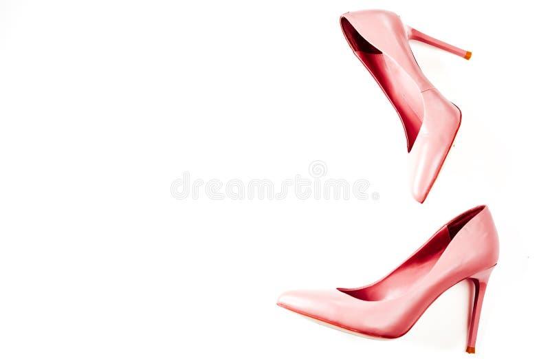 秀丽博克概念 桃红色裸体女性shoeson白色背景 平的位置,顶视图时髦时尚女性背景 库存照片