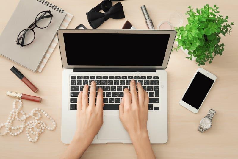 秀丽博客作者的手有现代膝上型计算机的 免版税库存图片