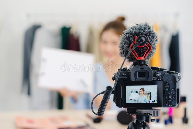 秀丽博客作者礼物坐在记录的录影的前面照相机的秀丽化妆用品 免版税图库摄影