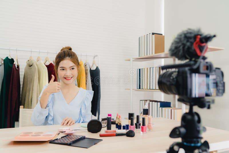 秀丽博客作者礼物坐在记录的录影的前面照相机的秀丽化妆用品 免版税库存照片