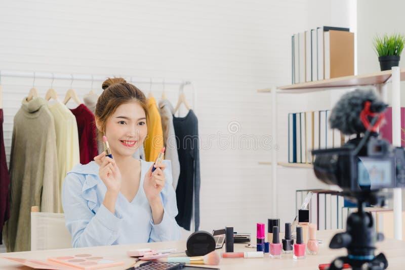 秀丽博客作者礼物坐在记录的录影的前面照相机的秀丽化妆用品 库存图片