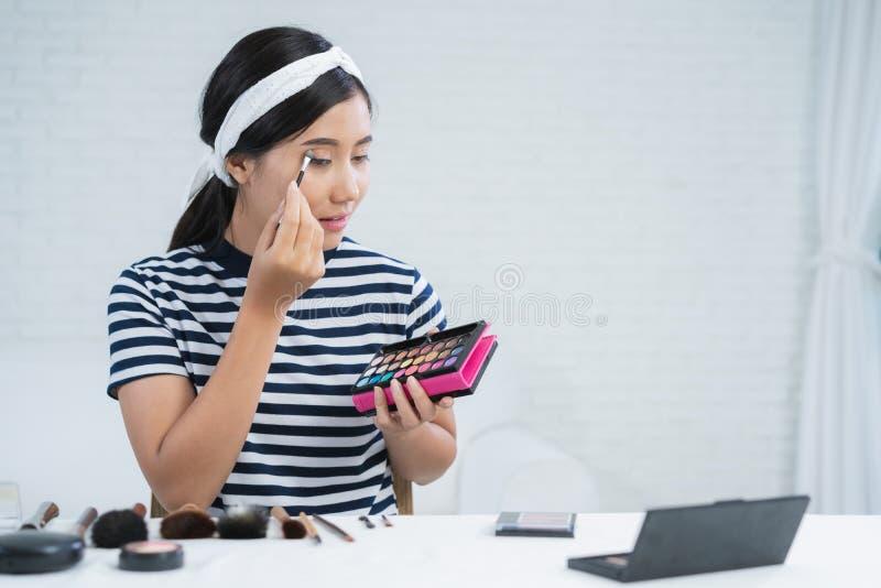秀丽博客作者礼物秀丽化妆用品,当坐在记录的录影的时前面照相机 美丽的妇女用途刷子 库存图片