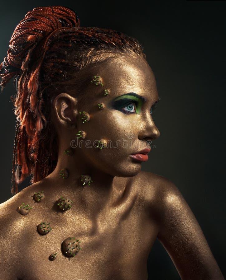 秀丽古铜色概念性女性纵向工作室 库存图片