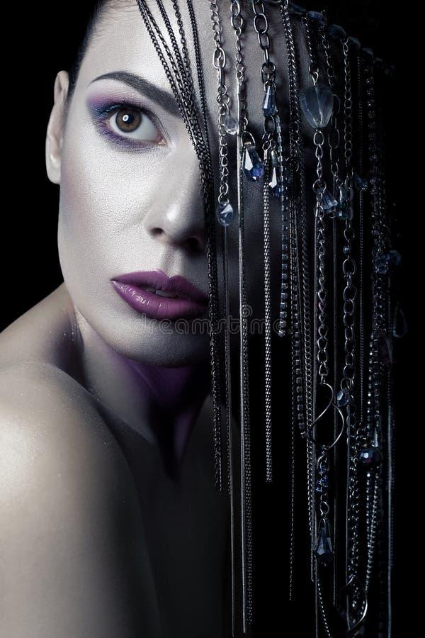 秀丽另外样式  与银、紫色、蓝色构成和发光的银色首饰链子的年轻美好的时装模特儿在她的fa 免版税库存图片