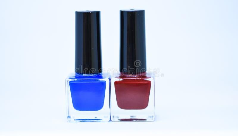 秀丽和关心概念 指甲油瓶不同颜色 指甲油白色背景 修指甲沙龙 耐久性 库存图片