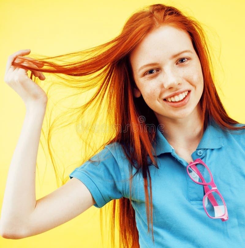 秀丽和护肤 有吸引力的有迷人的微笑和逗人喜爱的雀斑的红头发人十几岁的女孩高详细的画象  库存图片