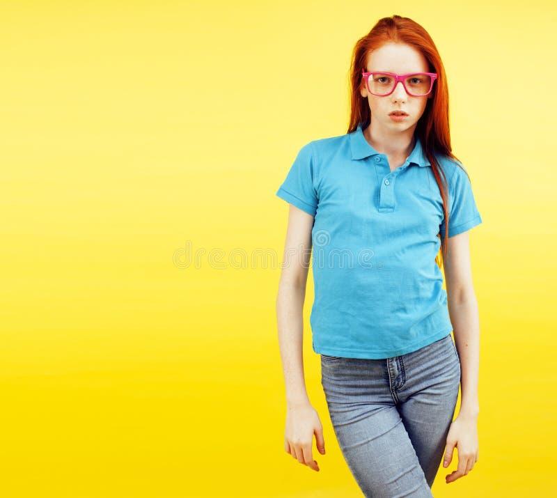 秀丽和护肤 有吸引力的有迷人的微笑和逗人喜爱的雀斑的红头发人十几岁的女孩高详细的画象  库存照片