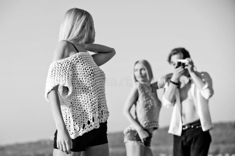 秀丽和时尚、爱和友谊,暑假和旅行 库存图片