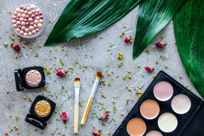 秀丽和时尚与装饰化妆用品为在石桌背景顶视图样式组成 库存照片