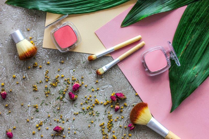 秀丽和时尚与装饰化妆用品为在石桌背景顶视图样式组成 免版税图库摄影