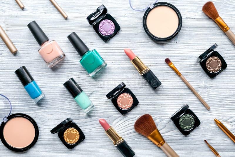 秀丽和时尚概念与装饰化妆用品在桌背景顶视图 免版税库存照片