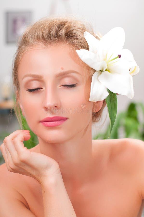 秀丽和温泉 有干净的新鲜的皮肤的美丽的少妇 库存图片