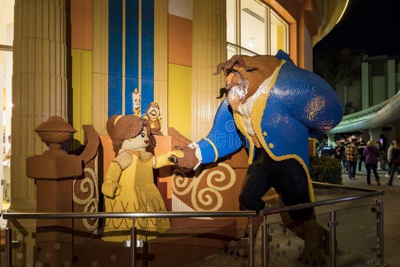 秀丽和野兽lego雕象在著名街市迪斯尼D中 免版税图库摄影
