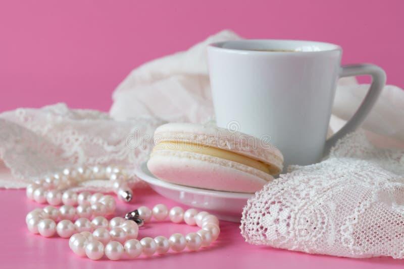 秀丽咖啡和蛋白杏仁饼干,新娘` s早晨,舒适mornin 免版税库存图片