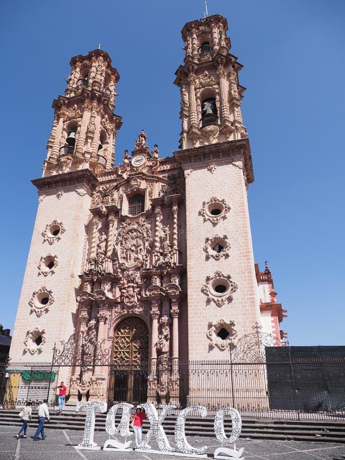 秀丽圣诞老人Prisca殖民地西班牙巴洛克式的样式的大教堂教会在塔克斯科市中心在墨西哥-垂直 免版税图库摄影