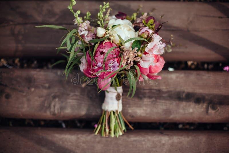 秀丽在木背景,婚礼装饰的婚礼花束 免版税库存照片