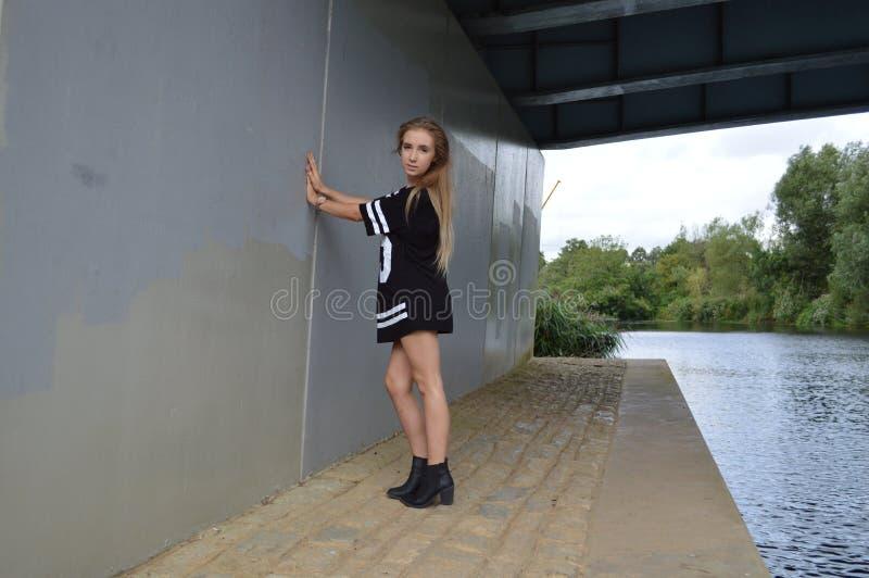 秀丽在河的桥梁下 库存图片