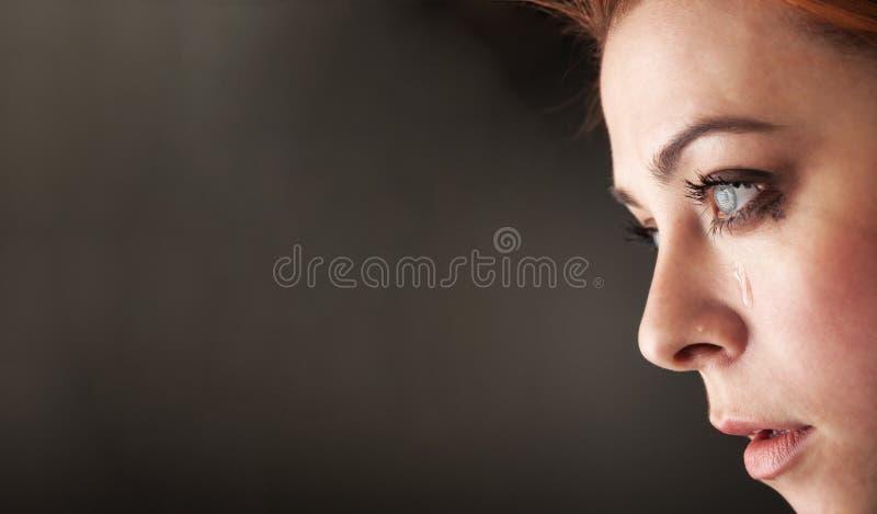 秀丽在黑背景的女孩啼声 免版税库存照片