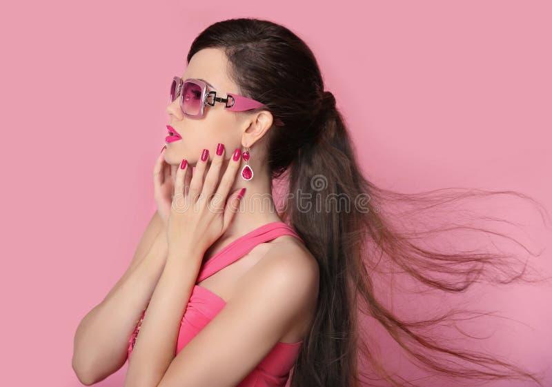 秀丽太阳镜的时装模特儿女孩有明亮的构成的,长期 库存图片