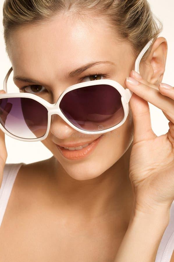秀丽女孩照片太阳镜佩带 免版税库存图片