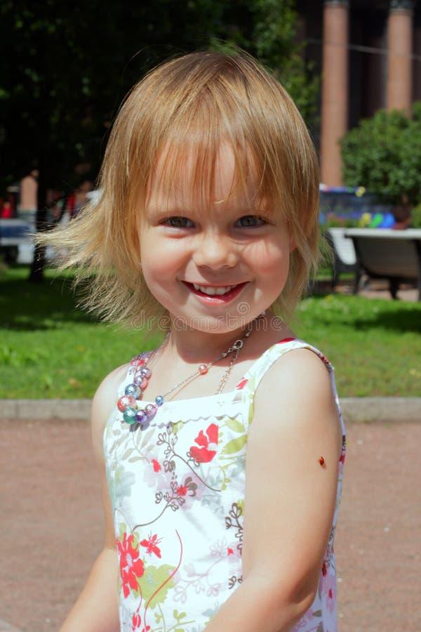 秀丽女孩瓢虫微笑的一点 免版税库存照片