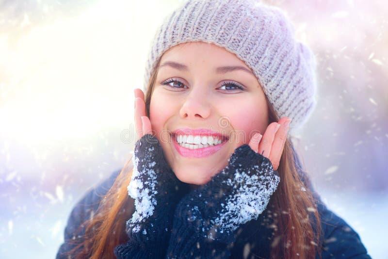 秀丽女孩获得乐趣在冬天公园 免版税库存照片