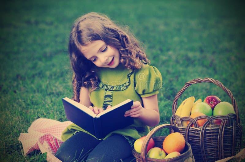 秀丽女孩读了书 免版税库存照片