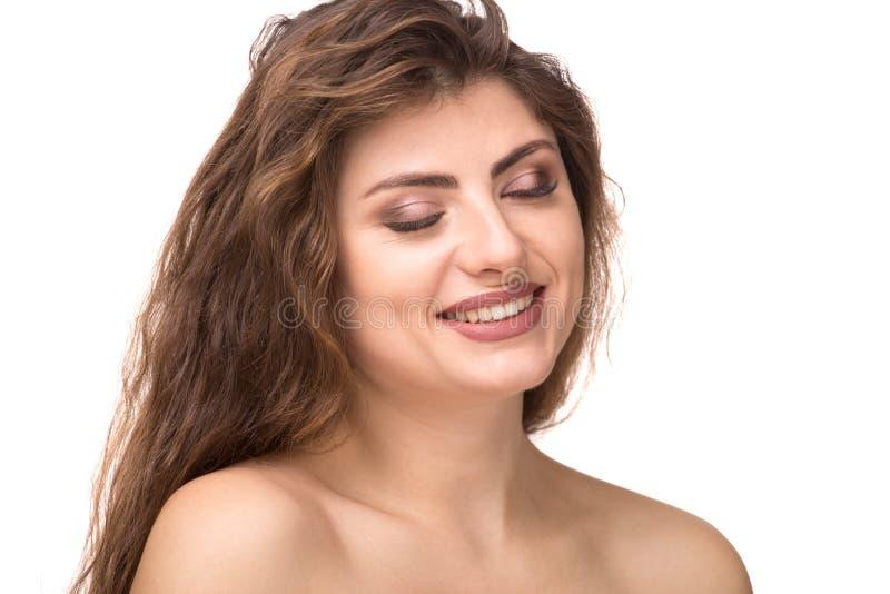 秀丽妇女与完善的精美干净的皮肤和宽松卷发的面孔画象 与闭合的眼睛的模型 库存照片