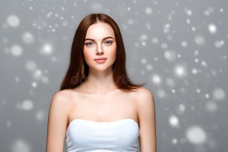 秀丽妇女冬天雪面孔画象 美丽的温泉模型女孩 免版税图库摄影