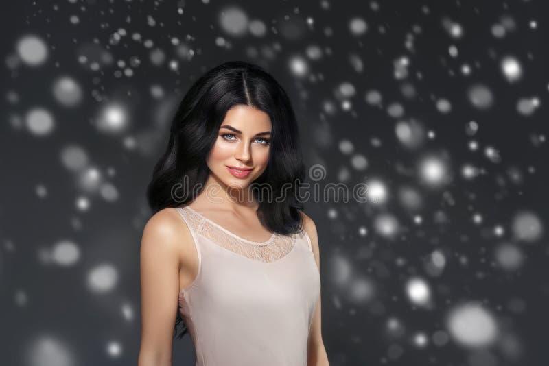 秀丽妇女冬天雪面孔画象 美丽的温泉模型女孩 免版税库存照片