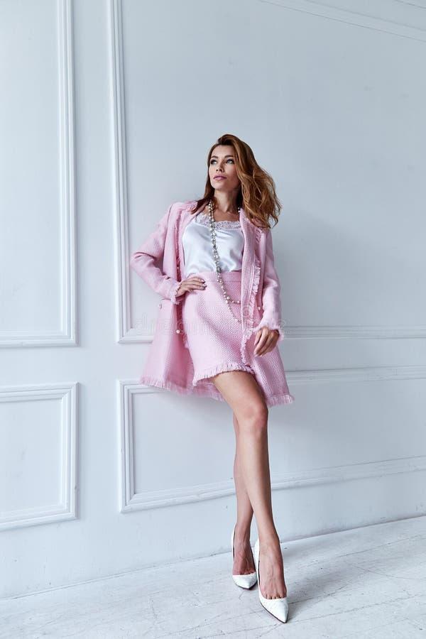 秀丽妇女模型穿戴时髦的设计趋向衣物丝绸桃红色 库存图片