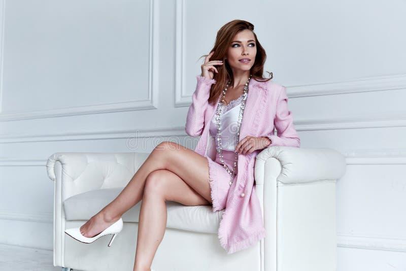 秀丽妇女模型穿戴时髦的设计趋向衣物丝绸桃红色 免版税库存照片