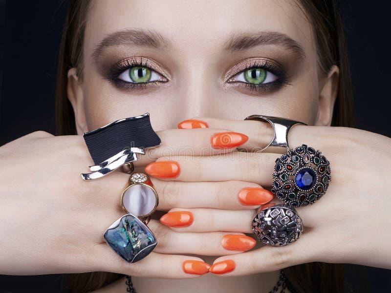 秀丽妇女画象 有首饰圆环的女性手 图库摄影