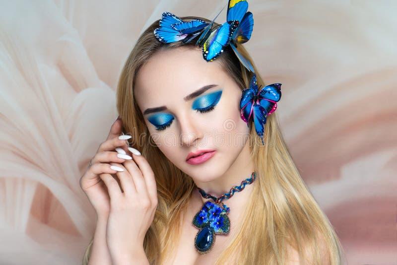 秀丽妇女蓝色小珠项链 免版税库存照片