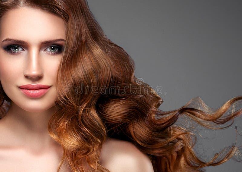 秀丽妇女长的黑色头发 有完善的新鲜的干净的皮肤的美丽的温泉模型女孩 微笑在灰色背景的深色的妇女 库存照片