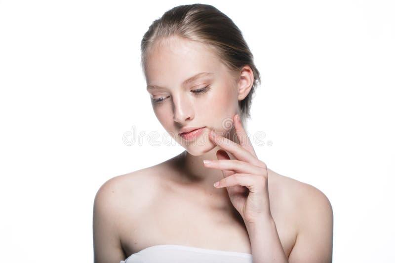 秀丽妇女面孔画象关闭 有P的美丽的式样女孩 免版税库存图片