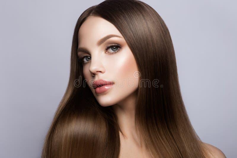 秀丽妇女面孔画象 有完善的新鲜的干净的皮肤的美丽的式样女孩 免版税库存图片