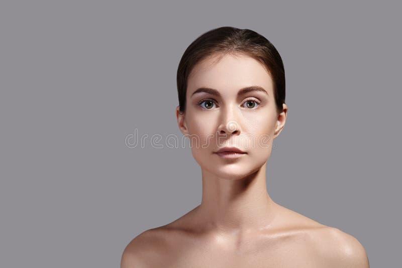 秀丽妇女面孔画象 有完善的新鲜的干净的皮肤的美丽的温泉模型女孩 青年时期和护肤概念 免版税库存图片