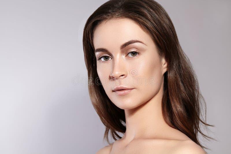 秀丽妇女面孔画象 有完善的新鲜的干净的皮肤的美丽的温泉模型女孩 青年时期和护肤概念 免版税图库摄影