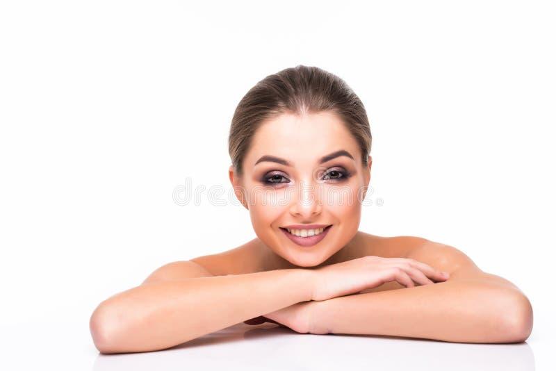 秀丽妇女面孔画象 有完善的新鲜的干净的肤色嘴唇紫色红色的美丽的式样女孩 青年时期和护肤概念 库存照片