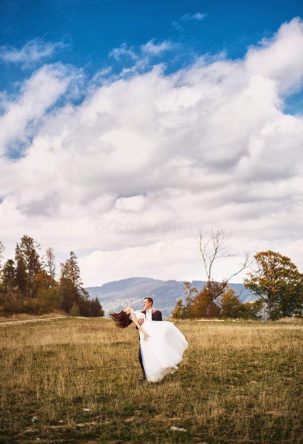 秀丽妇女,有完善的白色礼服的新娘 免版税库存图片