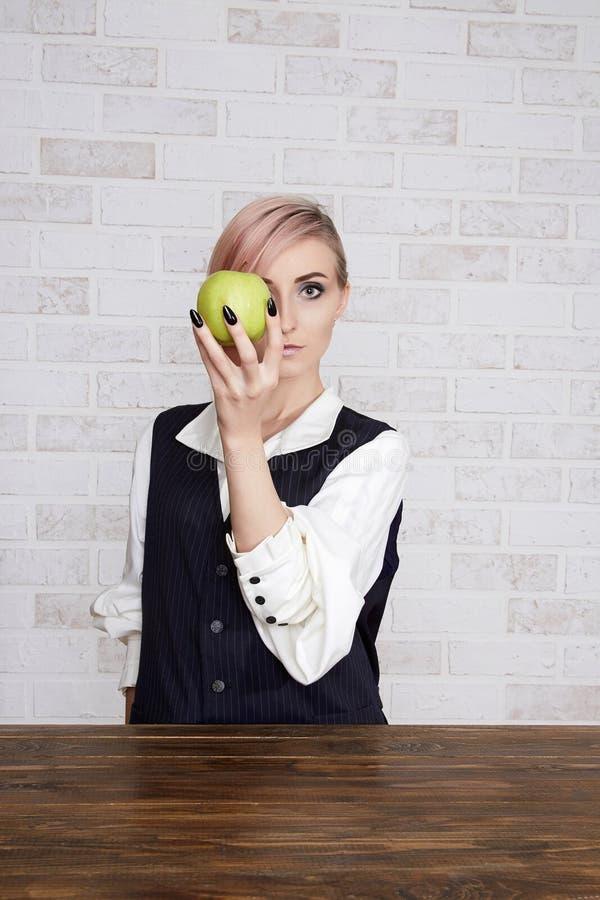 秀丽少妇用苹果果子 图库摄影