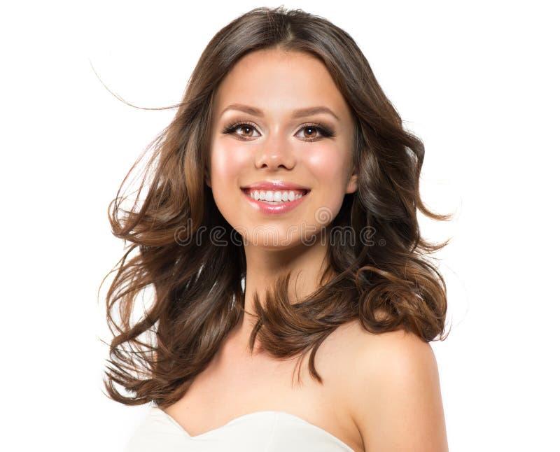 秀丽少妇画象特写镜头 美丽的式样女孩面孔 长的卷发,新鲜的干净的皮肤 深色的模型 免版税图库摄影