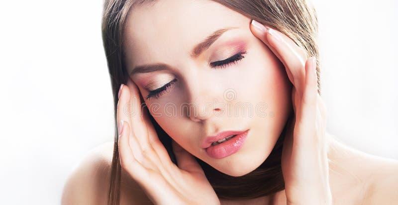 秀丽少妇表面,自然构成。偏头痛 免版税库存图片