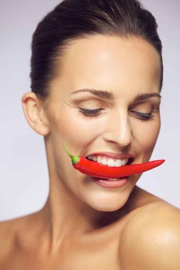年轻秀丽尖酸的红辣椒 免版税库存图片