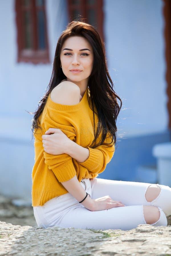 秀丽年轻美丽的深色的女孩时尚画象有长的黑色头发和嫉妒的 女性面孔秀丽画象与 免版税库存照片