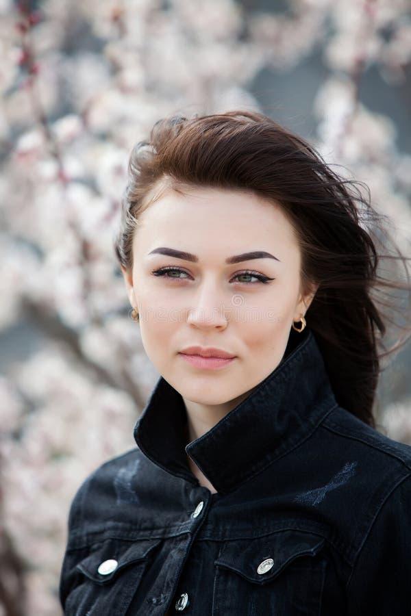 秀丽年轻美丽的深色的女孩时尚画象有长的黑色头发和嫉妒的 女性面孔秀丽画象与 图库摄影