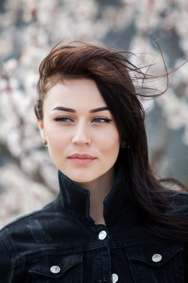 秀丽年轻美丽的深色的女孩时尚画象有长的黑色头发和嫉妒的 女性面孔秀丽画象与 免版税库存图片
